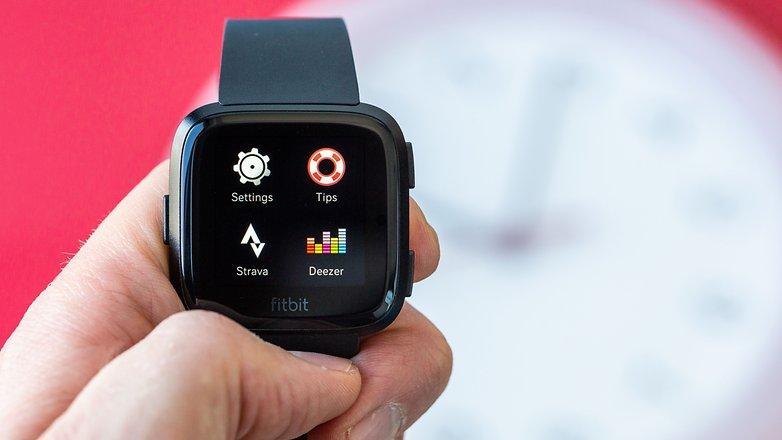 AndroidPIT-fitbit-versa-deezer-w782
